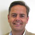 الأستاذ سايمون سميث: جراح أخصائي استشاري في التجميل بعد سرطان الثدي وسرطان الغدة الصماء